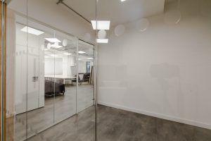 Flush-mounted frameless glazing